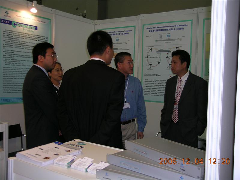 与客户亲切的交谈※在香港ITU通信展中